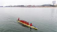 Hàng ngàn người cổ vũ đua thuyền trên biển Cửa Lò