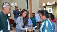 Vợ chồng Công Vinh - Thủy Tiên trao quà hỗ trợ bà con bị lũ lụt tại Thanh Chương