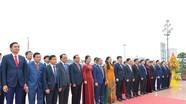 Đoàn đại biểu Hội đồng nhân dân tỉnh dâng hoa tưởng niệm Chủ tịch Hồ Chí Minh
