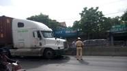 Đi xe máy ngược chiều, nữ sinh bị container đâm gãy chân