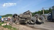 Xe tải vào cua lật ngang quốc lộ