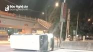 Xe khách đâm gãy cột đèn lật nghiêng ngay cầu vượt