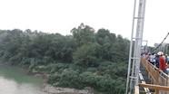 Nam thanh niên đứng giữa cầu treo gieo mình tự vẫn