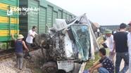 Hàng chục người cạy cửa cứu tài xế xe tải trong vụ tai nạn đường sắt ở Nghệ An