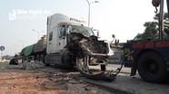 Nghệ An: Đâm đuôi xe tải dừng bên đường, xe đầu kéo nát đầu