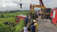 Xe giường nằm Nghệ An bị lật trên đường mòn, 21 hành khách thương vong