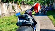 Bị dân làng vây bắt, gã trộm gà bỏ lại xe máy thoát thân