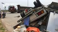 Vượt đèn đỏ, xe tải đối đầu với xe đầu kéo phơi bụng, bẹp ca bin