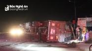 Tài xế ngủ gật, xe tải chở nhu yếu phẩm lật ngang trên Quốc lộ 1A