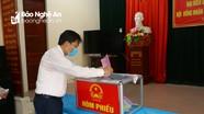 Hai đồng chí Phó Chủ tịch UBND tỉnh dự bầu cử tại khu vực bầu cử số 6, xã Nghi Phú, TP. Vinh