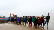Cả làng ra biển trục vớt tàu cá chìm ở Nghệ An