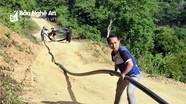 Cán bộ xã vùng biên Nghệ An 'đội nắng' kéo đường ống đưa nước về cho dân