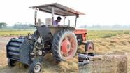 Anh nông dân huyện lúa Nghệ An bỏ 300 triệu mua máy cuộn rơm, thu bộn tiền mỗi ngày