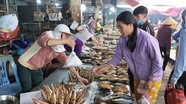 Chợ quê Nghệ An hải sản đông nghịt khách, hàng thịt lợn vắng teo những ngày nghỉ lễ