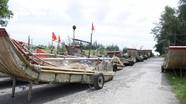 Ngư dân Nghệ An kéo bè mảng lên đường bộ để tránh bão số 8