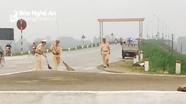 Cảnh sát giao thông thu dọn gạch vỡ, cát sạn vương vãi trên đường