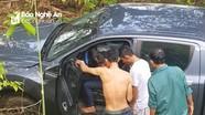 Xe bán tải lao xuống ruộng, người dân cạy ca bin giải cứu nữ tài xế người Nghệ An