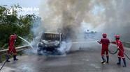 Nghệ An: Xe tải chạy trên đường bất ngờ bốc cháy