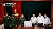Bộ Chỉ huy Quân sự tỉnh trao tặng vật dụng y tế chống dịch Covid-19 cho phóng viên Báo Nghệ An