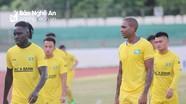 Cầu thủ SLNA hào hứng tập cùng ngoại binh người Brazil