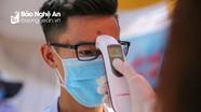 Thí sinh Nghệ An đeo khẩu trang, đo thân nhiệt trong ngày đầu làm thủ tục thi tốt nghiệp THPT