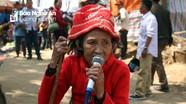 Ngạc nhiên với giọng hát của cụ bà gần 80 tuổi ở lễ hội Phu Nhạ Thầu