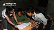 Đồng bào bản Mông nơi biên giới soi đèn đi tìm chữ