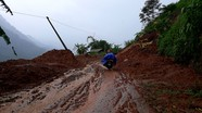 Sạt lở núi, nhiều tuyến đường liên xã ở miền Tây Nghệ An bị vùi lấp