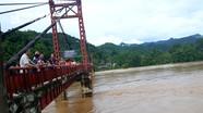 Nước sông dâng cao kỷ lục, hàng trăm người hiếu kỳ kéo nhau đi xem