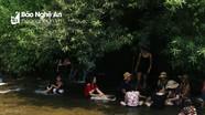 Người dân ở 'chảo lửa Đông Dương' đổ xô đến khe suối trốn nắng