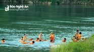 Người dân vùng 'chảo lửa' Nghệ An đổ xô ra sông giải nhiệt