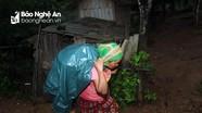 Người dân vùng lũ ở biên giới Nghệ An hốt hoảng chạy lên núi vì sợ sạt lở