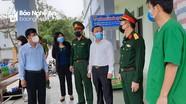 Lãnh đạo thành phố Vinh trao quà cho cán bộ, chiến sỹ làm nhiệm vụ tại cơ sở cách ly
