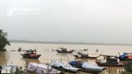 Lo nước lũ, người dân ngoài đê Hưng Hòa lên thuyền ngủ