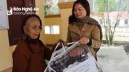 Giáo viên Đại học Vinh trao hàng trăm chăn, áo ấm giúp dân bản vùng cao chống rét
