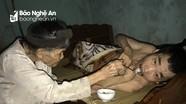 Cám cảnh mẹ già 90 tuổi bán nước nuôi hai con tàn tật