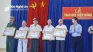 Trao Huy hiệu 70 tuổi Đảng tặng các đảng viên ở thị xã Thái Hòa