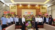 Đồng chí Nguyễn Văn Thông và đoàn công tác của tỉnh chúc mừng Trường Chính trị Nghệ An nhân Ngày Nhà giáo Việt Nam