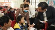 Trưởng ban Tổ chức Tỉnh ủy Lê Đức Cường trao quà chúc tết hộ nghèo huyện Quỳnh Lưu