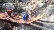 Thanh niên vùng lòng hồ thủy điện Bản Vẽ xẻ ván làm cầu qua vách núi