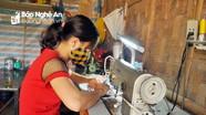 Người phụ nữ khuyết tật ở Nghệ An đêm đêm may khẩu trang phát miễn phí
