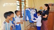 Nơi lớp học có 2 chiếc bảng, cô giáo giặt áo cho học trò