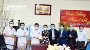 Chủ tịch Ủy ban MTTQ tỉnh thăm và tặng quà các cơ sở y tế ở thị xã Thái Hòa