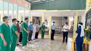 Nghệ An: Nữ kỹ thuật viên nén nỗi đau, lập bàn thờ vọng mẹ tại Bệnh viện dã chiến số 1