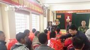 Đồng chí Nguyễn Văn Thông đi kiểm tra và trao quà cho các hộ dân sơ tán khỏi khu vực sạt lở ở Kỳ Sơn