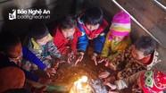 Giáo viên vùng cao đốt lửa sưởi ấm cho học sinh