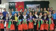 Trao quà trị giá 30 triệu đồng cho phụ nữ Mông ở Tương Dương