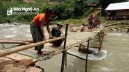 Bộ đội biên phòng giúp dân làm cầu tạm qua suối