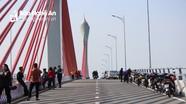 Người dân xứ Nghệ đổ xô lên cầu Cửa Hội check-in