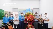 LĐLĐ tỉnh thăm, tặng quà cho các doanh nghiệp nhân ngày Doanh nhân Việt Nam (13/10)
